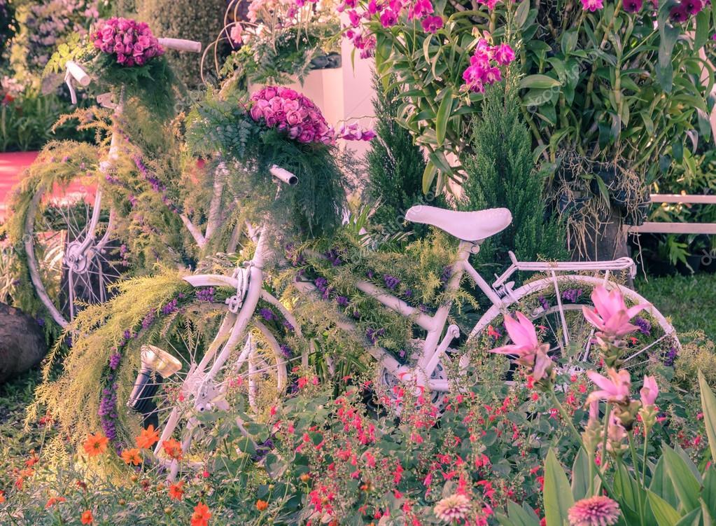 Décoration de jardin vélo Vintage — Photographie boonsom © #54870593