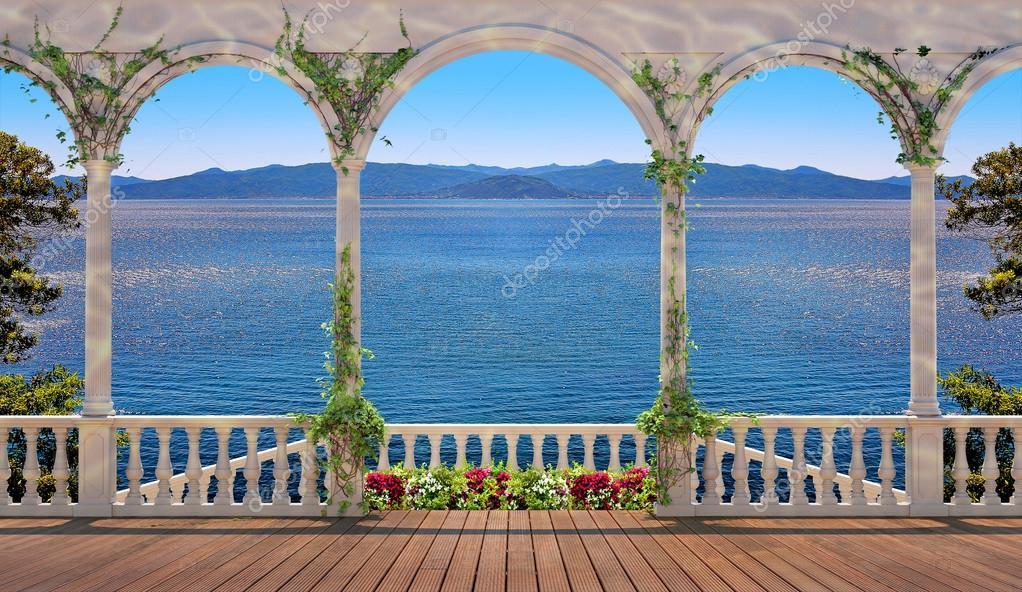 Terrazza con balaustra che si affaccia sul mare e sulle montagne ...