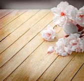 Fotografia rose bianche in un vaso