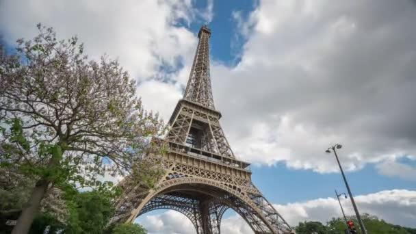Eiffelova věž v Paříži časová prodleva od zdola