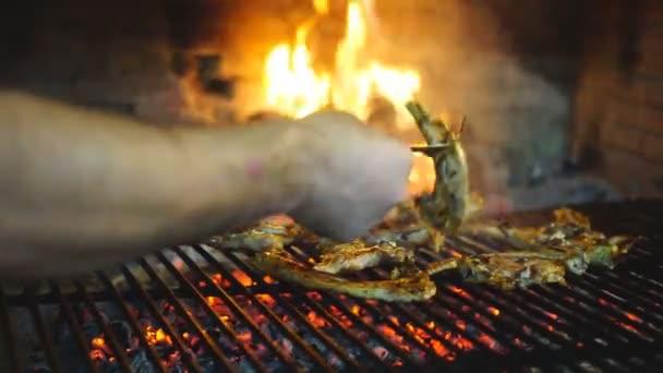 Jehněčí kotletky na grilu kuchař rukou