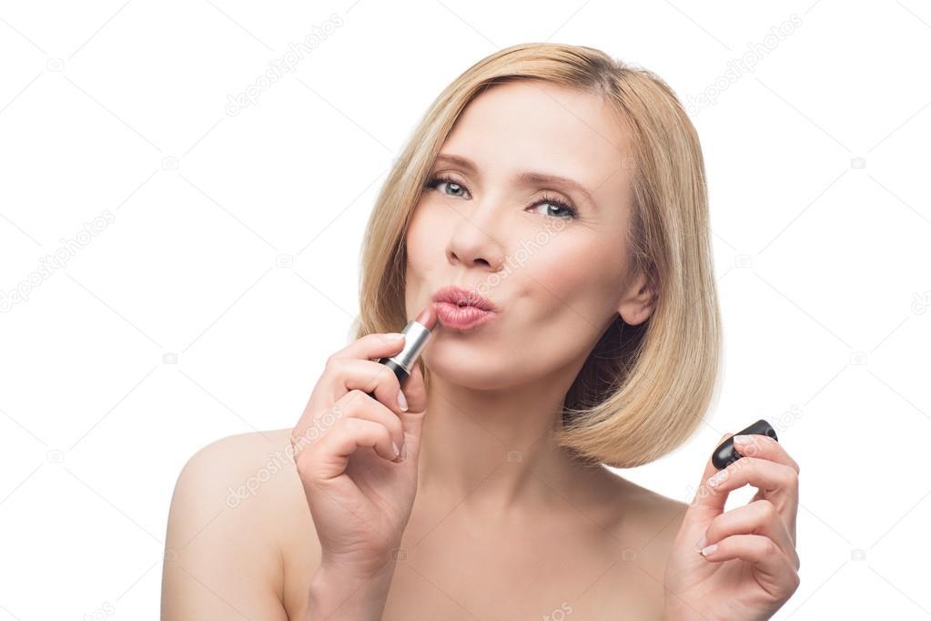 Mooie Midden Leeftijd Vrouw Toepassing Van Lippenstift Stockfoto