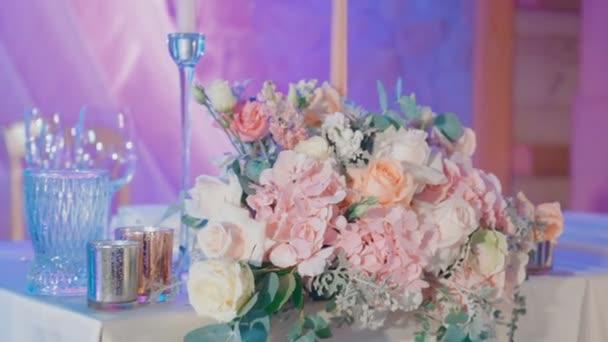 Květiny na nevěsta a ženich svatební stůl