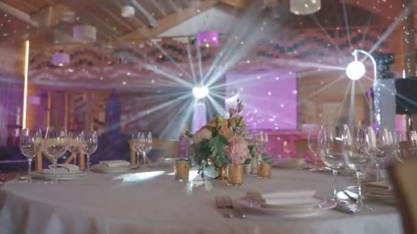 Luxusní svatební stoly pro hosty