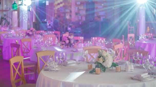 Die Gäste Hochzeitstische mit Discokugel rosa Licht
