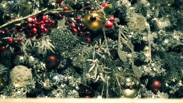 Pobočka vánoční strom zdobí hračky a girlandy