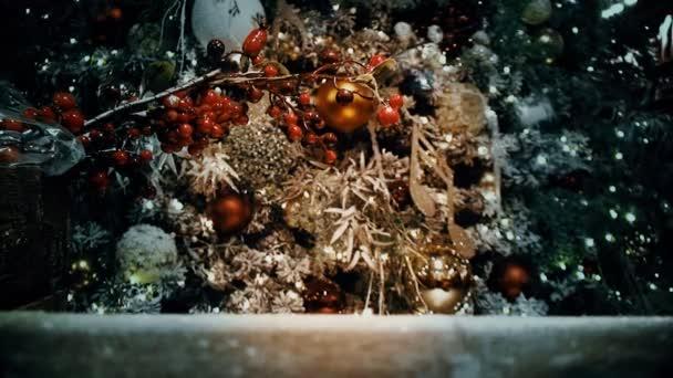 Fragment vánoční stromeček zdobený hračky a girlandy