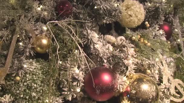 Svítí a jiskří fragment vánoční stromeček s hračkami a girlandy