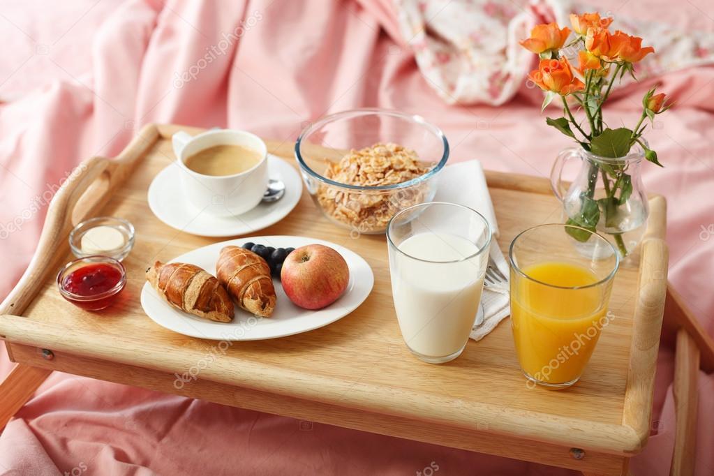 Prima colazione servita a letto foto stock - Colazione a letto immagini ...