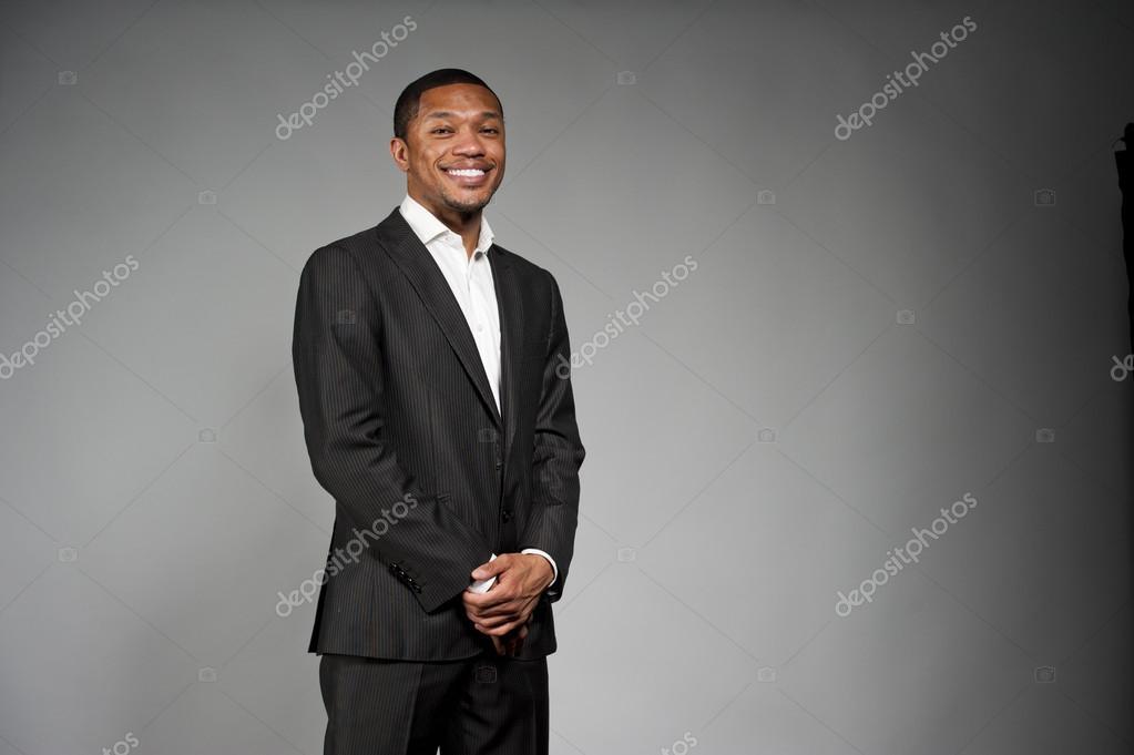 42431980bd004d Heureux homme noir en costume — Photographie eugenef ©  102605848