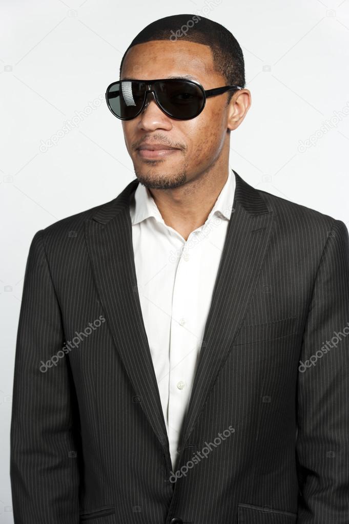 0685e28b3858ee Portrait d un homme noir en costume et lunettes de soleil– images de stock  libres de droits