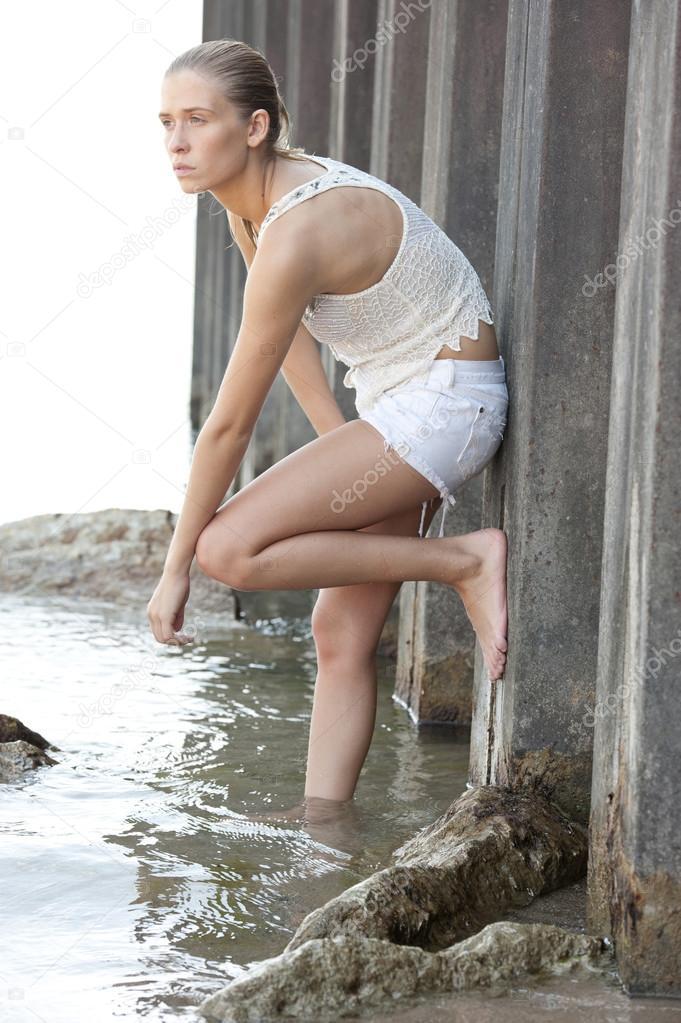 Делает куни как позировать в воде