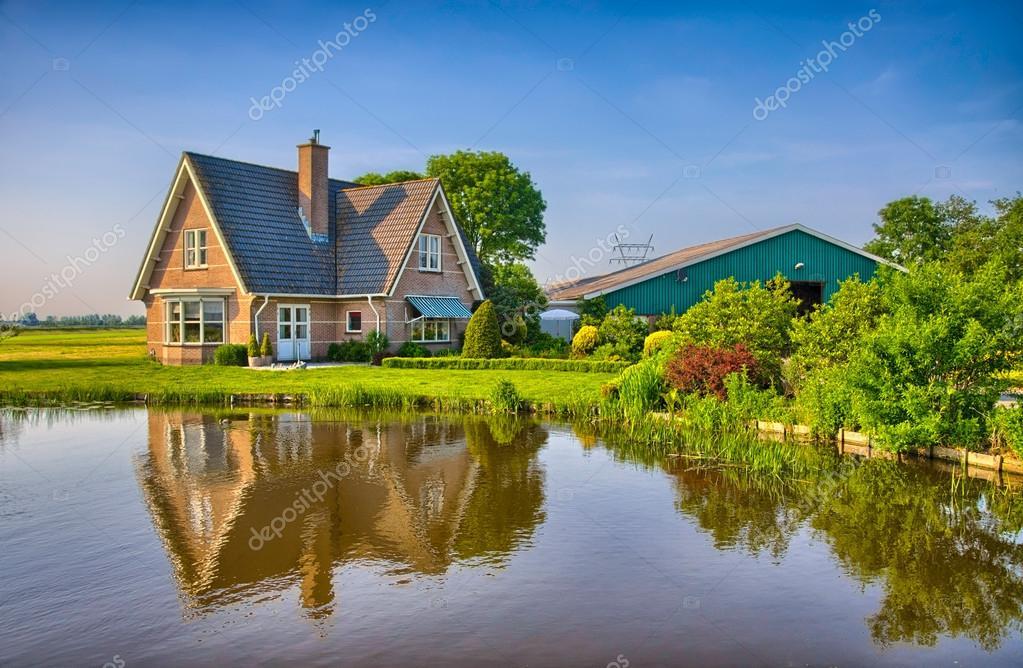 Casa di mattoni rossi nella campagna vicino al lago con for Piani di casa con vista sull acqua