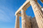 Fotografia Athens - The colums of Propylaea on Acropolis with the doric capitals.