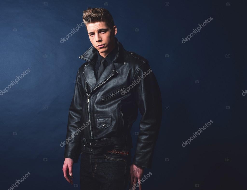 21e3b2e3667 Coole vintage rock and roll 50s mode man met zwarte leren jas en jeans —  Foto van ...