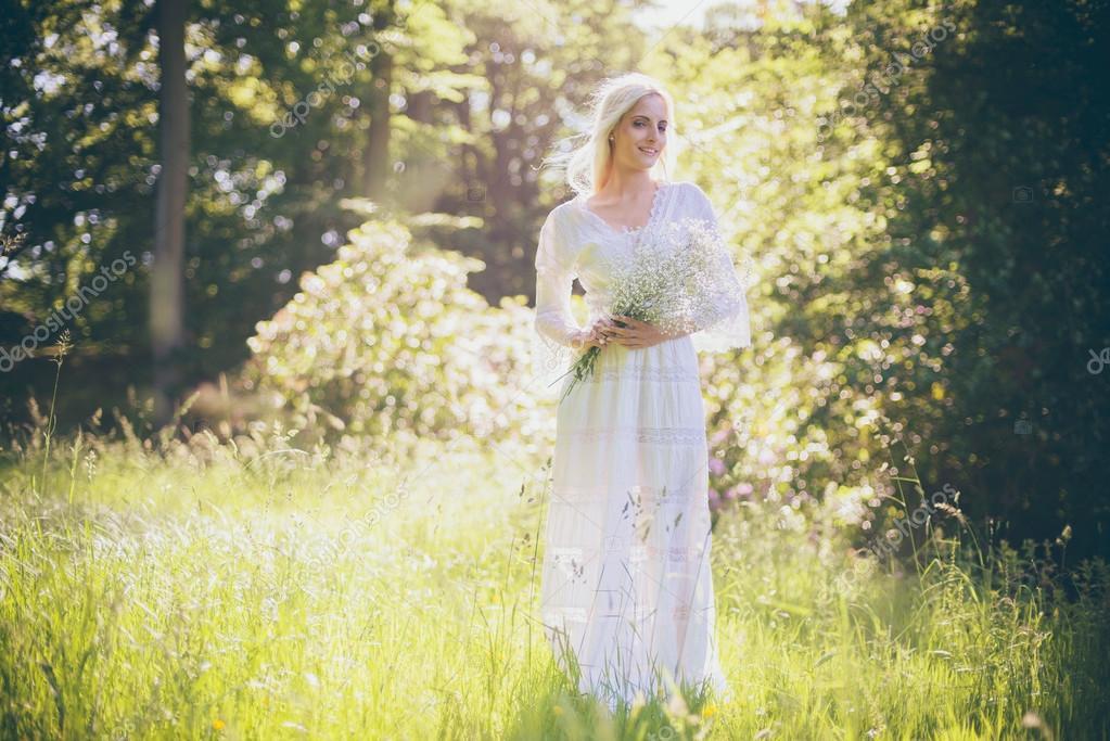 Hippie Braut Halt Blumen Im Wald Stockfoto C Ysbrand 118364682