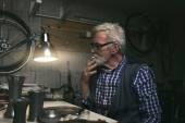 Uomo di fumo con antichi vasi di latta