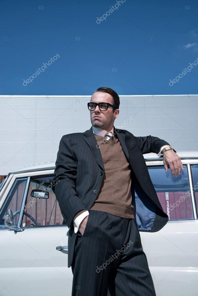 Retro 60er Jahre Mode Business Mann Tragen Grauen Anzug Und Glaser