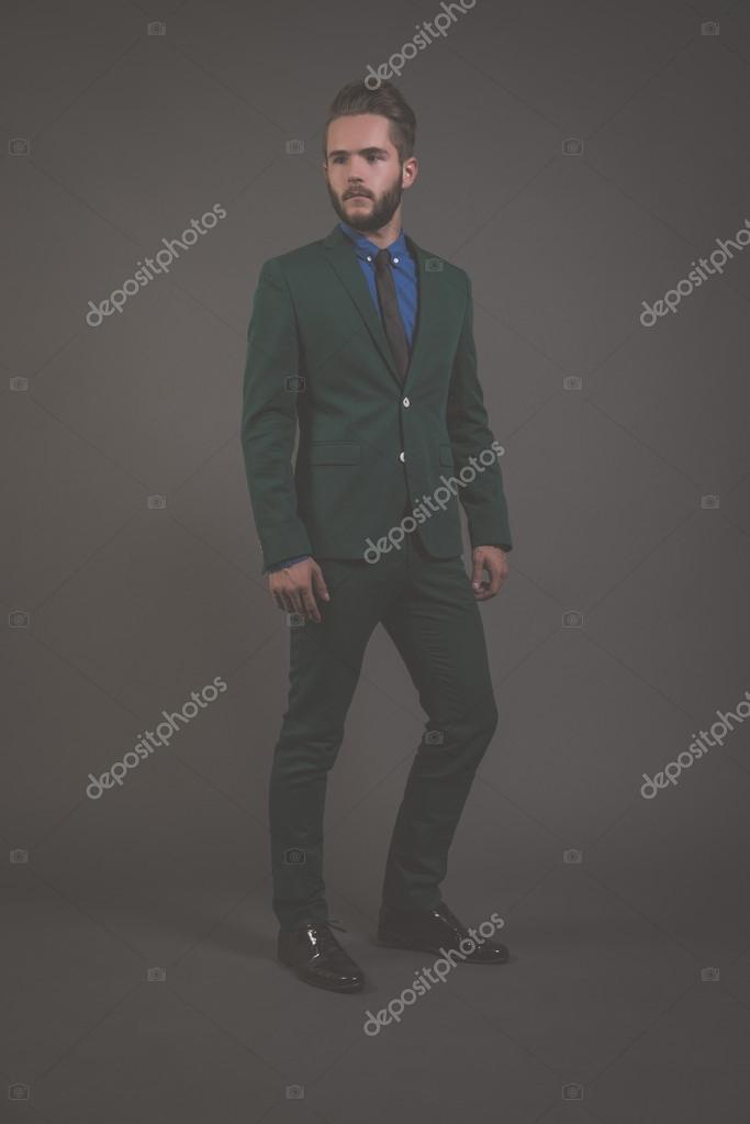 9424cda71f25b Biznes moda mężczyzna nosi zielony garnitur z niebieską koszulę i blac–  obraz stockowy