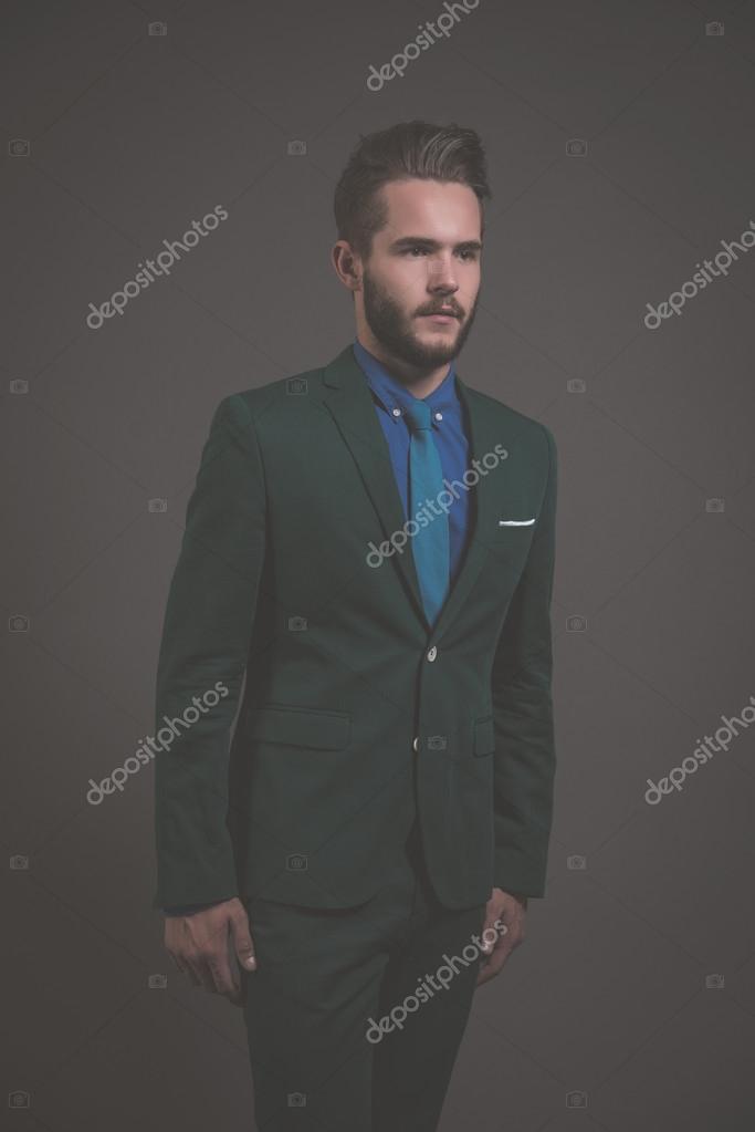 46e33fc54bb02 Biznes moda mężczyzna nosi zielony garnitur z niebieską koszulę i krawat–  obraz stockowy