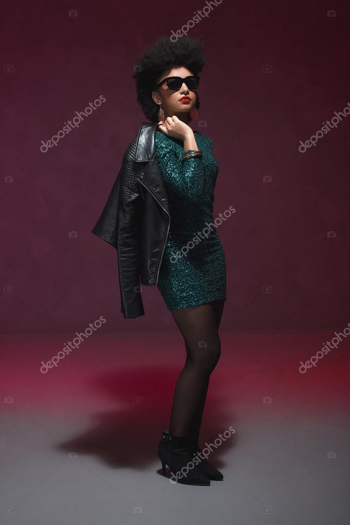 Frau trägt Grüne Kleidung und Sonnenbrillen — Stockfoto © ysbrand ...