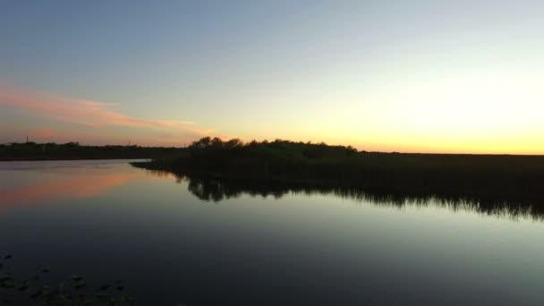 Antenne des Everglades Nationalparks nach Sonnenuntergang mit dem Tamiami Trail