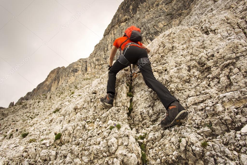 Klettersteig Ausrüstung : Mann klettern in den dolomiten mit über klettersteig ausrüstung