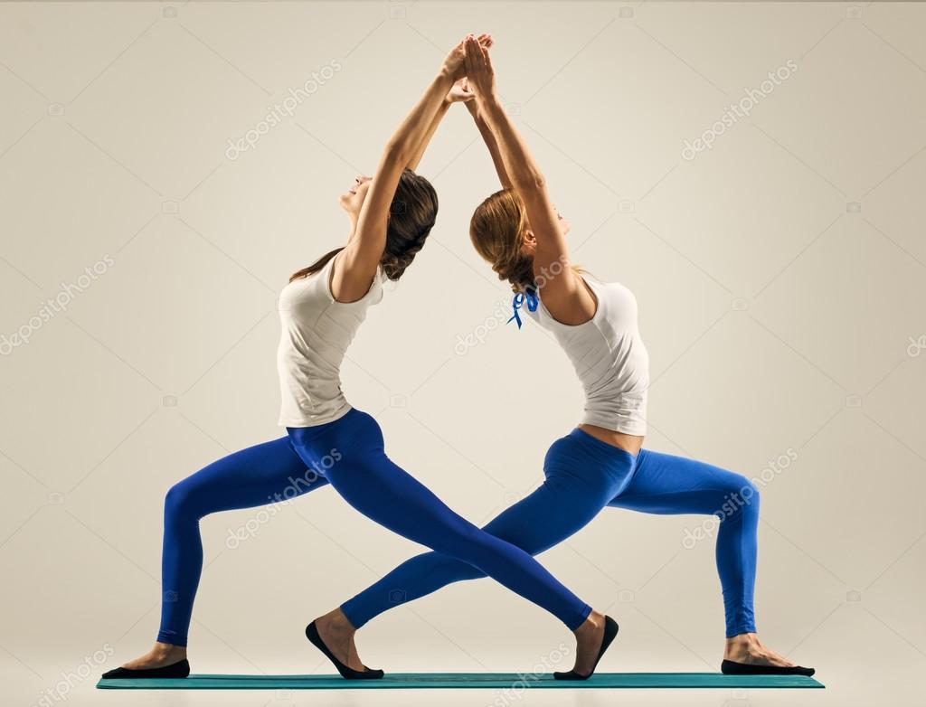 Deportivo yogui hermanas haciendo entrenamiento físico. estudio de disparo.  par a81157361c8f