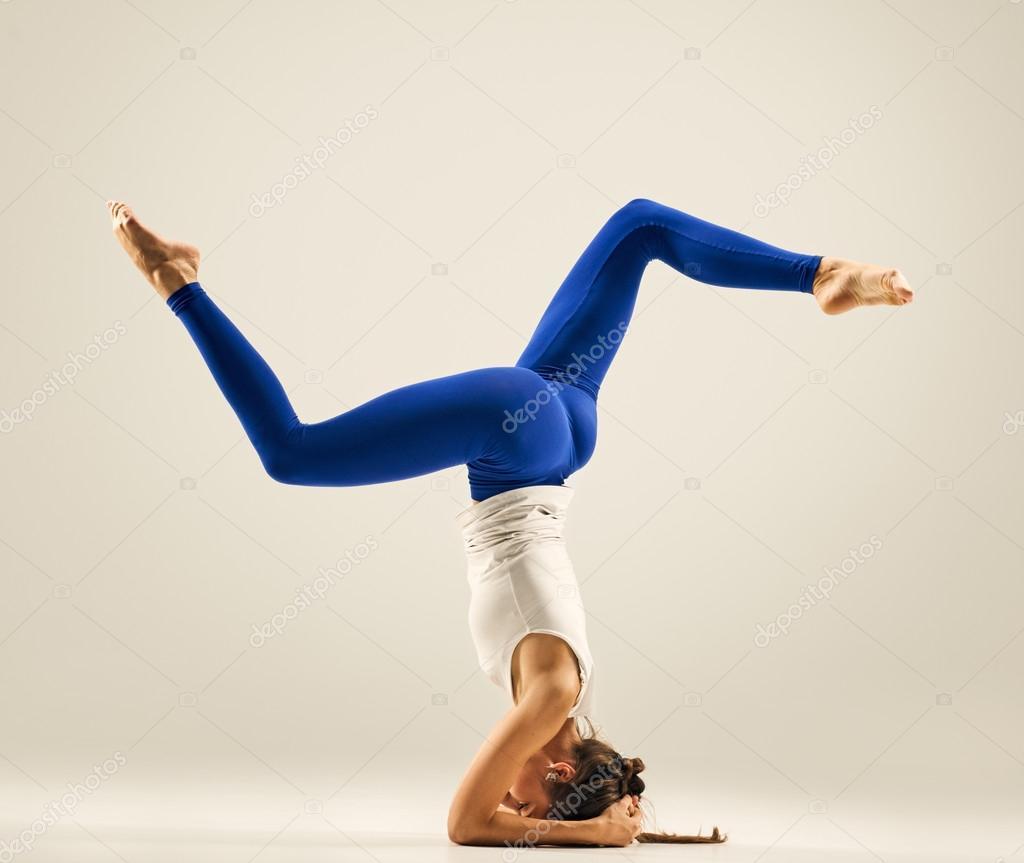 Junge Frau tun Yoga-Kopfstand-pose — Stockfoto © seenaad ...