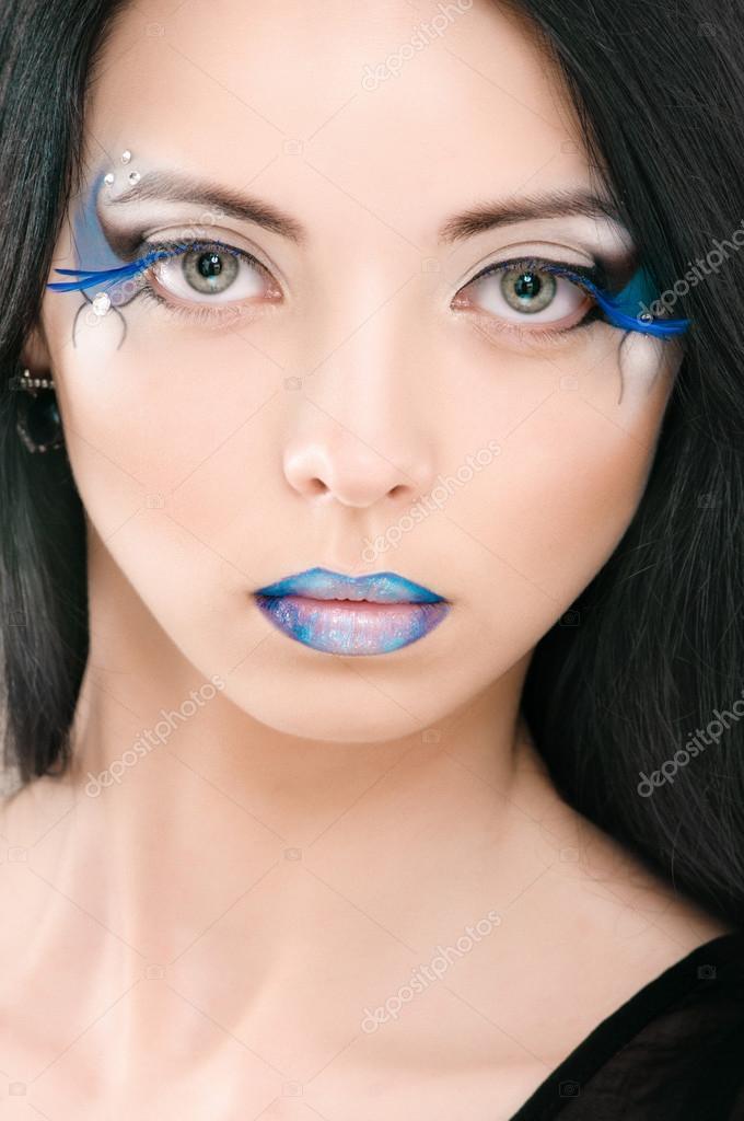 Visage de femme belle avec du maquillage fashion bleu