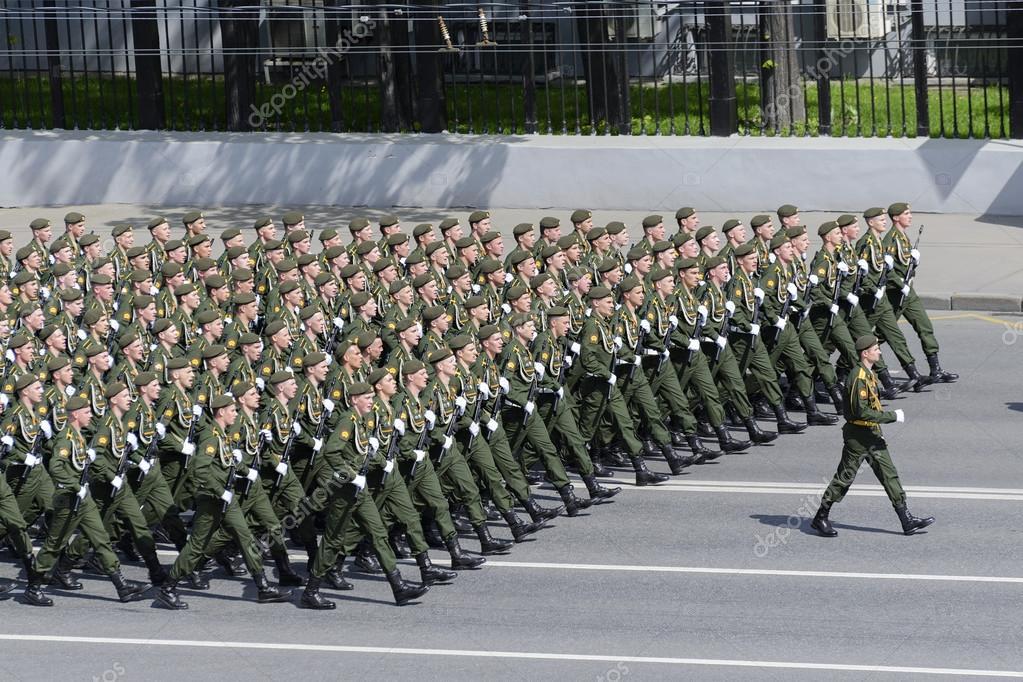行進している空挺部隊の大隊 - ...