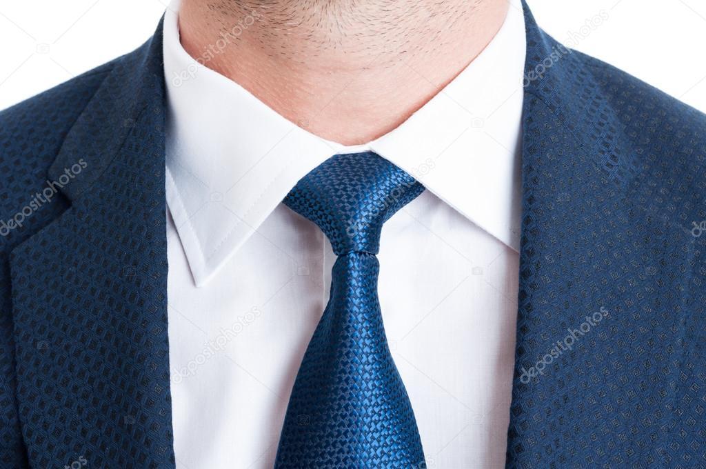 Primo piano con il vestito elegante blu e cravatta o