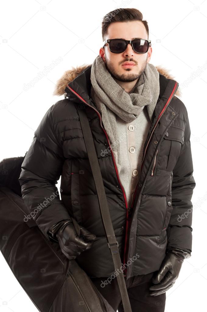 9ebfb46d60fb6 Hombre vistiendo ropa de invierno y sol gafas listos para viajar - ropa  para invierno hombre — Foto de ...