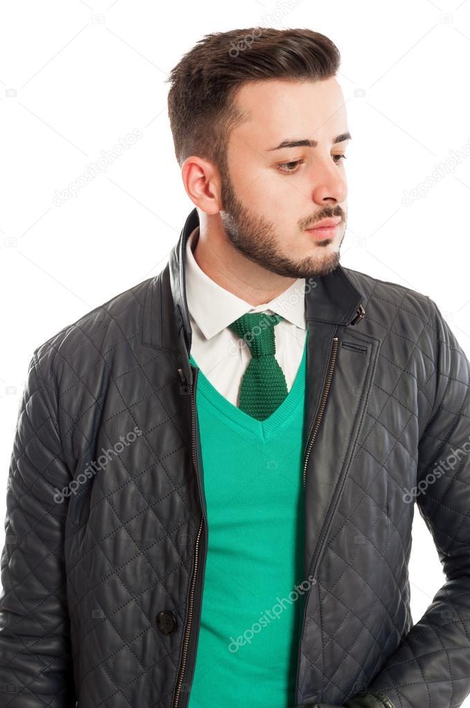 più foto a57d1 dbb53 Giacca in pelle elegante sopra maglione verde, camicia ...