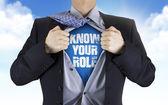 podnikatel, ukazující znát vaše role slova pod košili