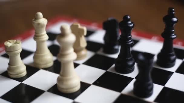 Charkiw, Ukraine 09.01.21 Schachpartie, bei der der weiße Ritter wandert und seine Dame vor dem Angriff schützt