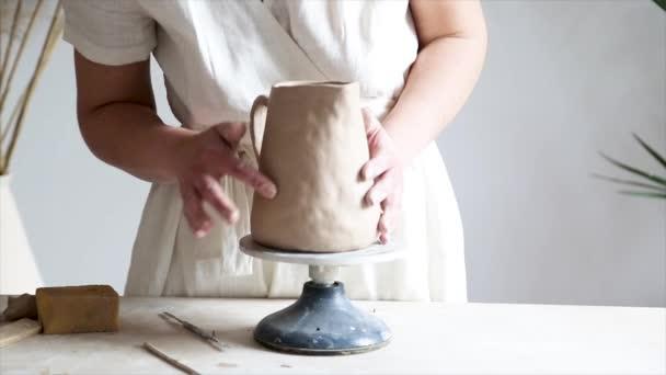Ženské keramické ruce sochařské hliněné nádobí