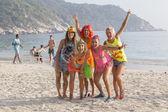 Jungs und Mädchen nehmen an der Vollmondparty auf der Insel Koh Phangan teil. Thailand