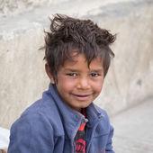 Portré koldus fiú könyörög a pénzt egy járókelő Leh. Ladakh, India