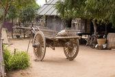 Hof mit einem hölzernen Wagen. Bagan, Myanmar