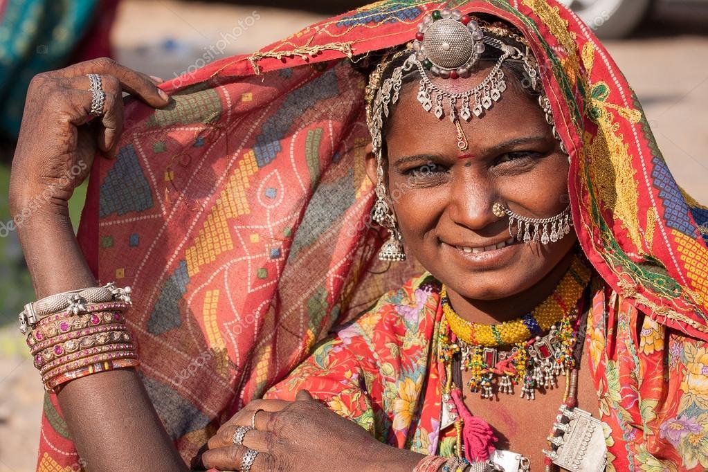 femme indienne en v tements ethniques color s jaisalmer rajasthan inde photographie. Black Bedroom Furniture Sets. Home Design Ideas