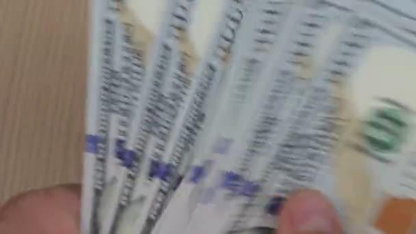 Počítání close-up americké papírové peníze. Muž ruce počítání hodně sto dolarové bankovky