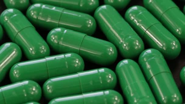 Gruppe grüne medizinische Pillen, Rotation, Nahaufnahme