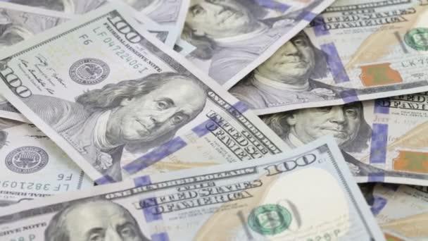 Rotace a klesající close-up papírové peníze. Pozadí s peníze americký sto dolarové bankovky