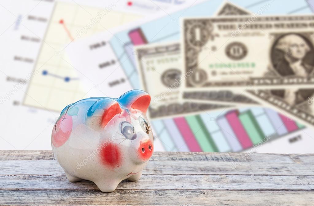 Tafel Over Bank : Piggy bank op houten tafel over dollars en financiële papier grap