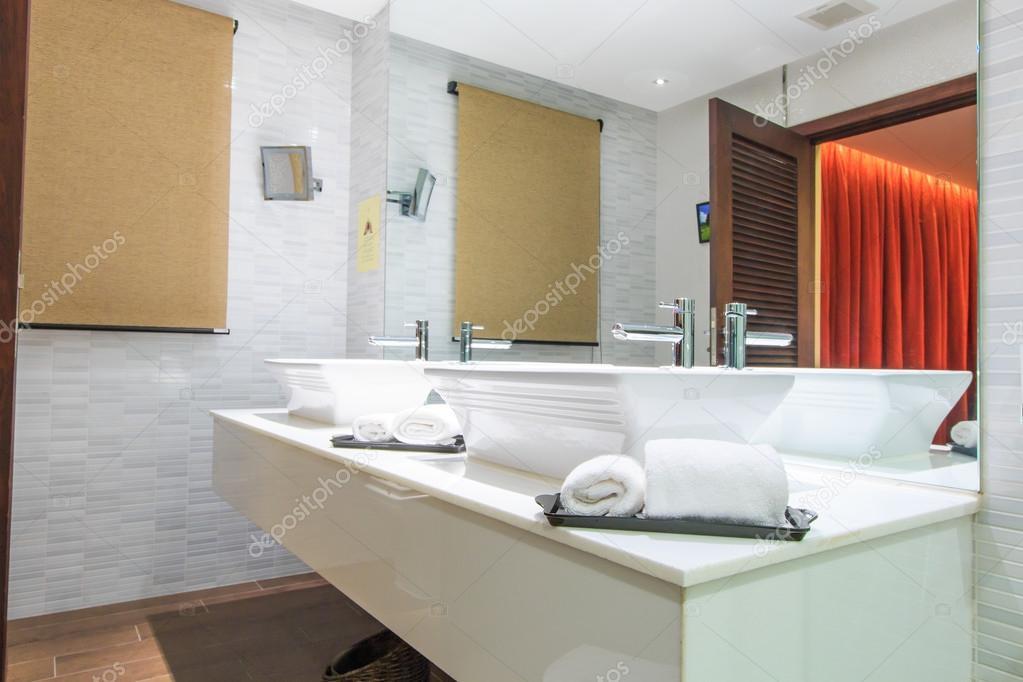 Luxuslakosztály modern fürdőszoba káddal és WC-vel — Stock Fotó © Deerphoto #55739195