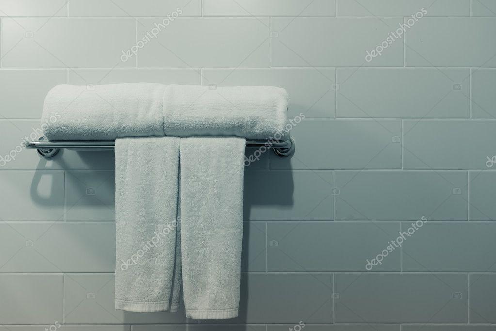 witte badkamer handdoeken — Stockfoto © Deerphoto #83246026