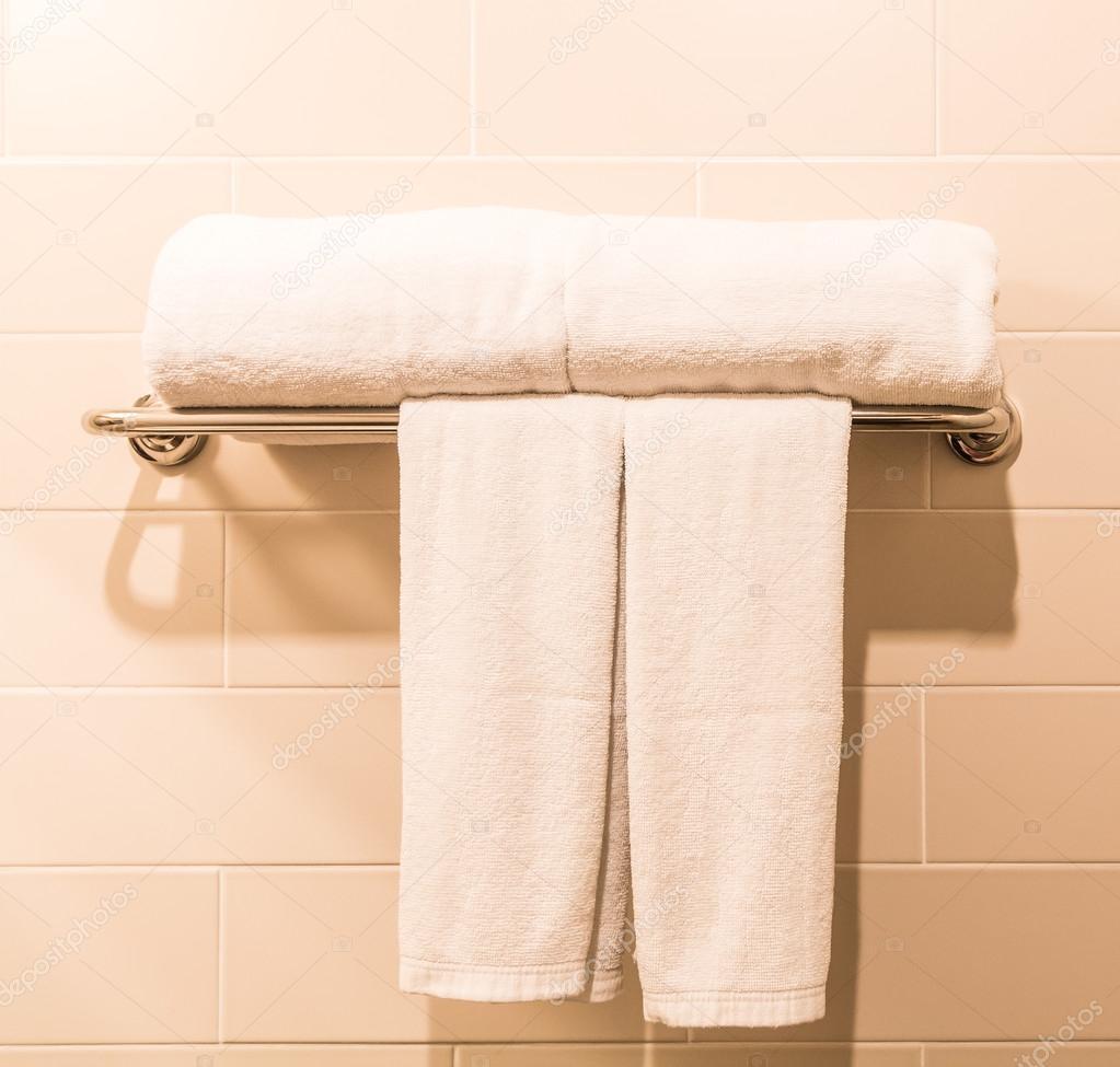 witte badkamer handdoeken — Stockfoto © Deerphoto #84932114