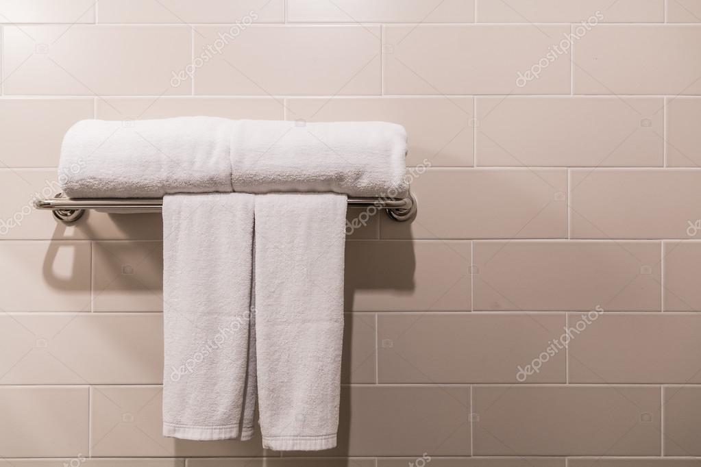 Badkamer handdoeken op hanger — Stockfoto © Deerphoto #93170900