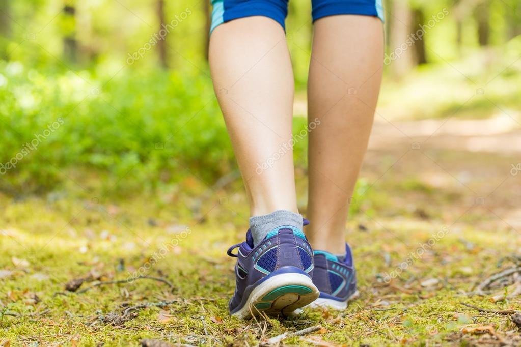 Camminando o correndo gambe nella foresta, che si esercita